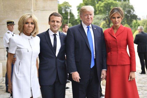 """Imaginea articolului VIDEO Trump, înregistrat în timp ce o complimenta pe soţia preşedintelui Macron: """"Ştii, te menţii foarte bine"""""""