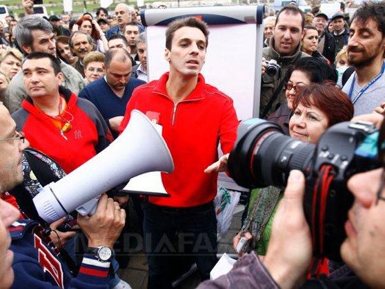 Imaginea articolului Peste 300 de persoane au protestat alături de Mircea Badea şi de Victor Ciutacu la CNA