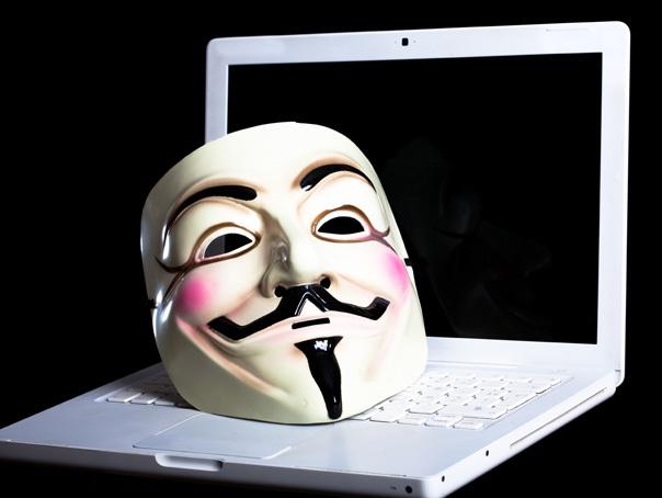 Imaginea articolului Az Anonymous hacker csoportosulás álarcát viselő férfi hatolt be az aradi városházára