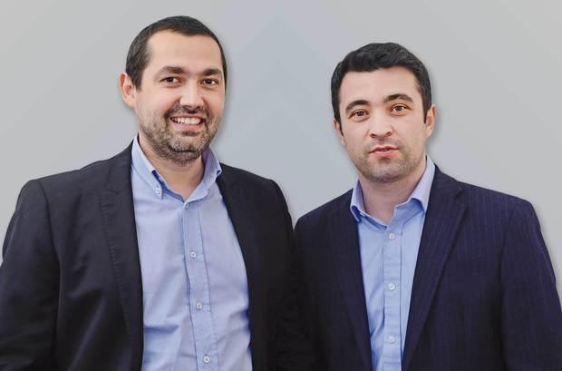 LUMEA NOUĂ | Doi tineri din România au conceput o aplicaţie dorită de toţi bancherii: E ca un simulator de zbor, doar că te învaţă cum să faci bani