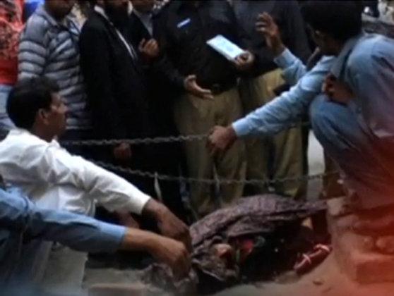 Imaginea articolului Doi tineri care tocmai se căsătoriseră au fost decapitaţi de rudele miresei, în Pakistan - VIDEO