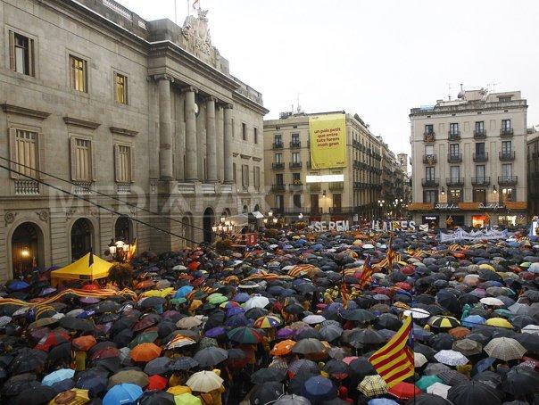 Mii de manifestanţi reclamă dreptul de a vota pentru independenţă, �n(...)