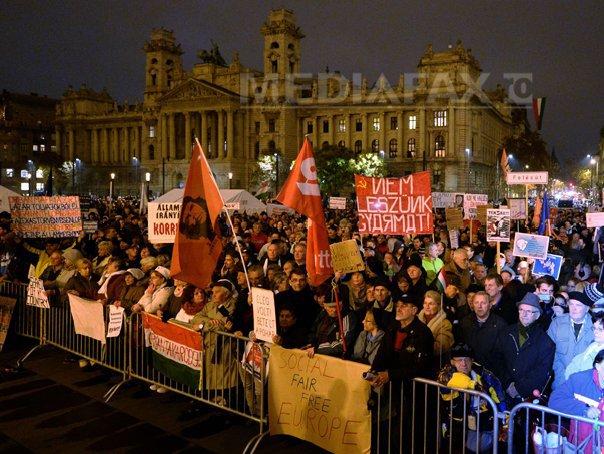 Zeci de mii de persoane au manifestat la Budapesta �mpotriva lui Viktor Orban