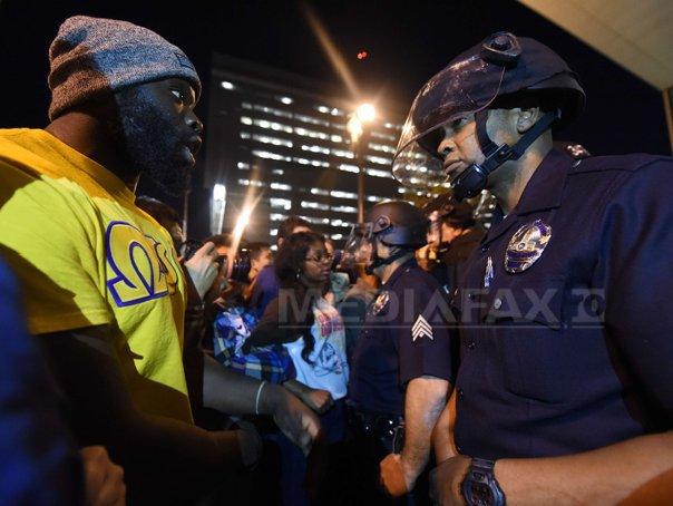 REPORTAJ: A doua noapte de proteste la Ferguson, �n timp ce manifestatiile se extind �n SUA