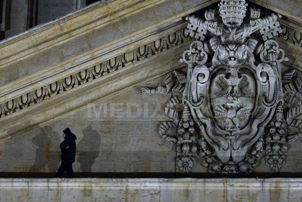 Un antreprenor italian disperat escaladeaza Bazilica Sf�ntul Petru a cincea oara