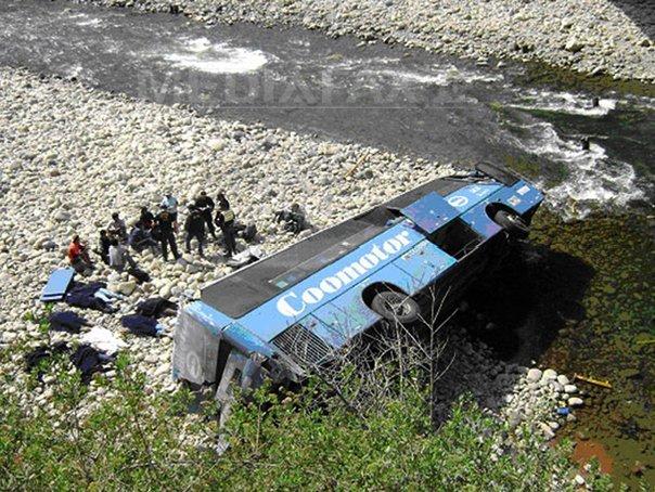 Cel puţin 20 de morţi în China, după ce un autobuz s-a prăbuşit într-o prăpastie