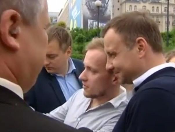 Preşedintele ales al Poloniei Andrzej Duda a împărţit cafea la o staţie de metrou din Varşovia - VIDEO