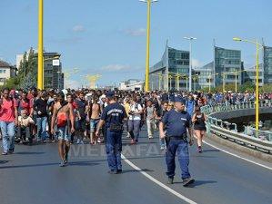 Imaginea articolului CRIZA IMIGRANŢILOR: Peste o mie de imigranţi au plecat pe jos de la Budapesta către Austria şi Germania - FOTO, VIDEO