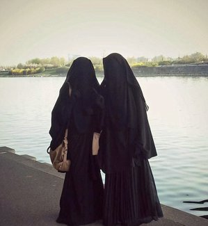 Nu o să-ţi vină să crezi cum arătau aceste fete austriece înainte de a ajunge în Siria! - FOTO Povestea TULBURĂTOARE din spatele acestei imagini