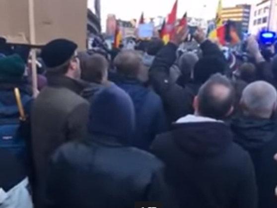 Imaginea articolului Protest al extremei-drepte faţă de agresiunile din Koln, dispersat de forţele de ordine cu tunuri de apă - VIDEO