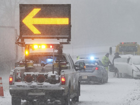 Imaginea articolului VISCOLUL face victime în SUA: Cel puţin zece morţi şi 8.000 de zboruri anulate. Starea de urgenţă a fost decretată în mai multe state - VIDEO