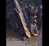 ZIUA DEZASTRELOR! Un autocar a căzut de pe un pod într-un râu. Sunt cel puţin 37 de morţi!