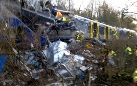 Imaginea articolului ACCIDENT FEROVIAR în Germania: Două trenuri s-au ciocnit frontal. UPDATE: Cel puţin zece persoane au murit şi alte 150 au fost rănite - FOTO, VIDEO