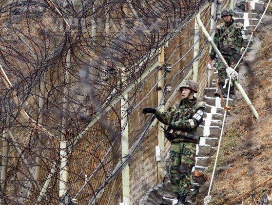 """Imaginea articolului Coreea de Nord şi Coreea de Sud închid parcul industrial comun. Phenianul acuză Seulul că i-a """"declarat război"""" şi suspendă """"telefonul roşu"""" militar"""