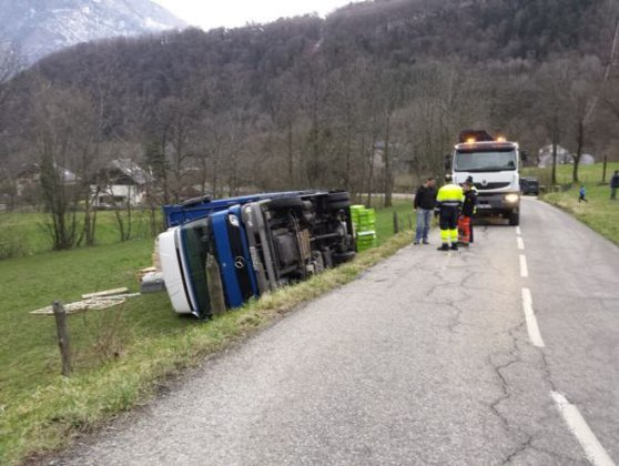 Imaginea articolului Un camion din România s-a răsturnat în Franţa. Şoferul a explicat că GPS-ul l-a adus pe drumul îngust