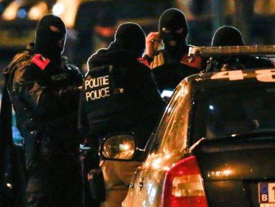 Imaginea articolului Schimburi de focuri între poliţie şi militanţi islamişti, în oraşul Bruxelles. Patru poliţişti au fost răniţi. Unul dintre atacatori a fost împuşcat mortal. Autorităţile anunţă că acesta nu e Salah Abdeslam