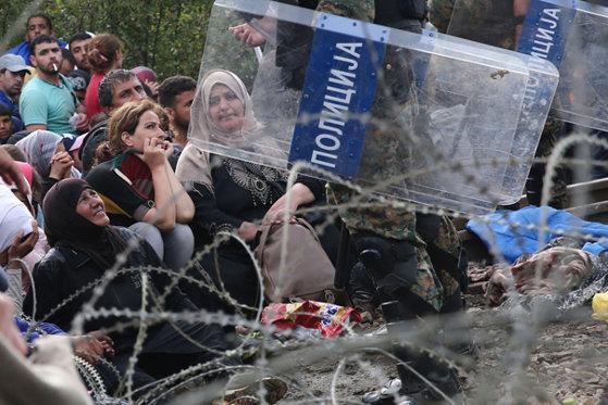 Imaginea articolului Autorităţile greceşti au început să evacueze sute de imigranţi de la frontiera cu Macedonia