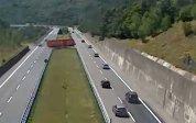INCREDIBIL: Şoferul unui TIR înmatriculat în România a întors autotrenul pe o autostradă intens circulată din Italia. Imaginile fac înconjurul lumii- VIDEO