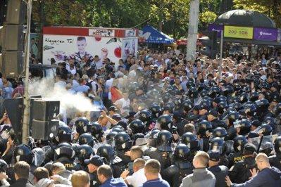 Proteste la Chişinău, în ziua celebrării a 25 de ani de la obţinerea independenţei de către Republica Moldova. Poliţia a folosit gaze lacrimogene - FOTO, VIDEO