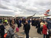 BREAKING NEWS. Incendiu pe un aeroport din Londra: Mii de pasageri, evacuaţi pe piste  - FOTO