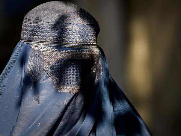 Imaginea articolului Angela Merkel afirmă că susţine interzicerea vălului musulman integral în Germania