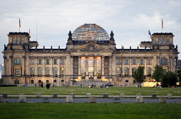 Imaginea articolului Cum a ajuns o replică a clădirii Parlamentului german, Reichstag, ŢINTĂ într-un poligon militar rus. Reacţia Guvernului Germaniei