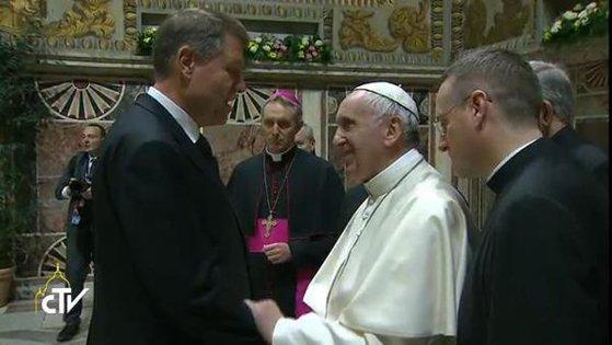 Imaginea articolului VIDEO Papa Francisc s-a întâlnit cu liderii statelor UE, inclusiv cu Klaus Iohannis. Suveranul Pontif pledează pentru unitate europeană/ UE nu trebuie să însemne doar idealuri economice, ci şi valori morale