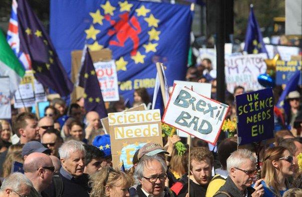 Imaginea articolului FOTO, VIDEO Manifestaţie anti-Brexit la Londra: Mii de persoane au fluturat steaguri UE/ Moment de reculegere în memoria victimelor atacului terorist