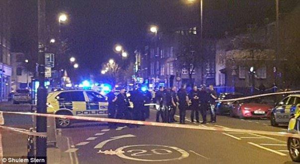 Imaginea articolului FOTO, VIDEO PANICĂ la Londra: O maşină a intrat în trecători, lângă un local. Patru persoane au fost rănite