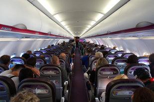 Incident ŞOCANT în această dimineaţă într-un avion românesc! Când s-au uitat pe geam, călătorilor nu le-a venit să creadă!