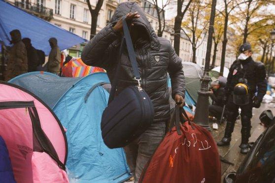 Imaginea articolului FOTO Autorităţile franceze evacuează o tabără de refugiaţi din nord-estul Parisului