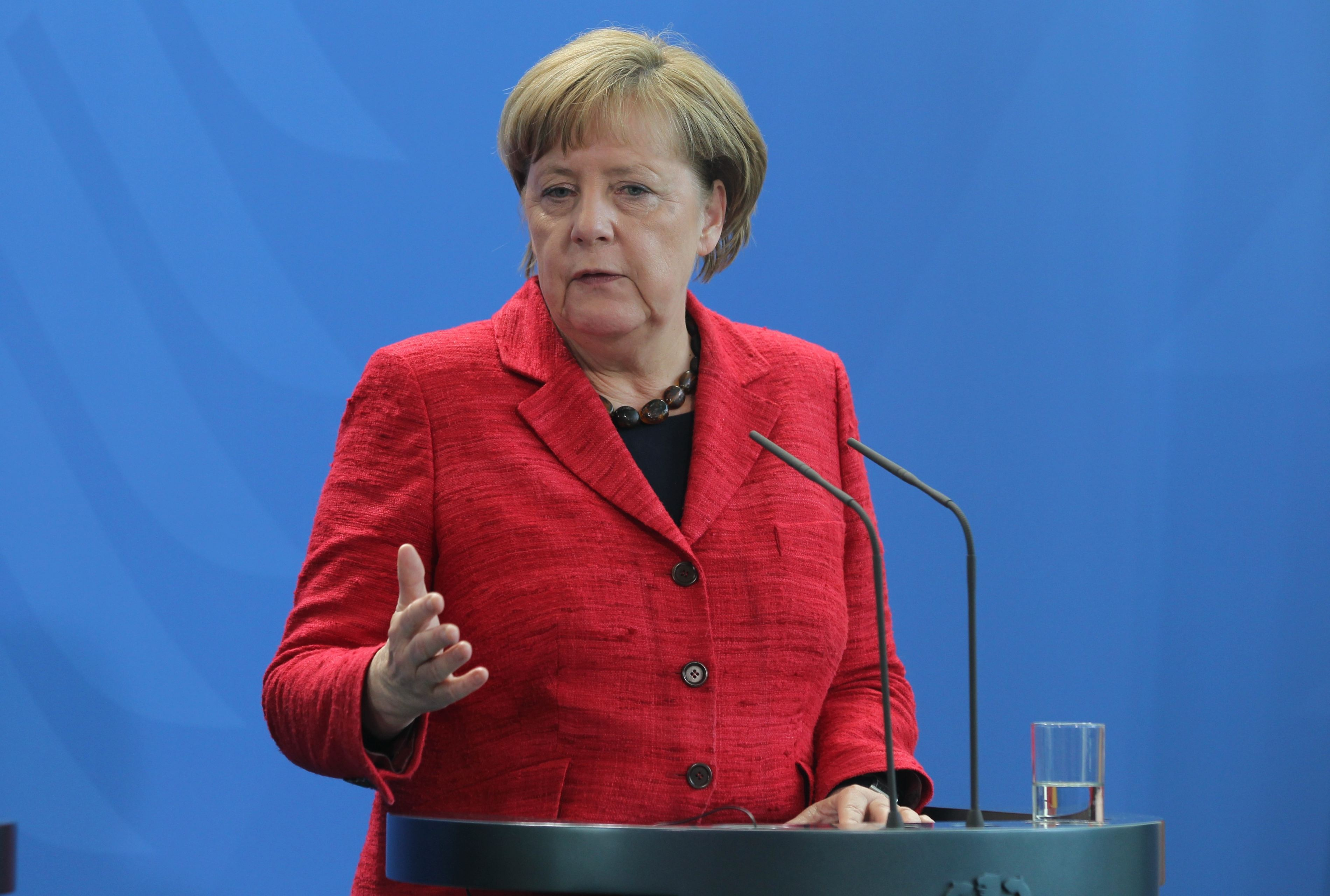 Angela Merkel: Euro are un nivel `prea slab` din cauza BCE, efectul fiind produse germane prea ieftine