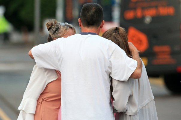 Imaginea articolului Atac terorist la Manchester. Mărturia cutremurătoare a unui om al străzii: O femeie mi-a murit în braţe. O fetiţă a rămas brusc fără picioare. Nu mă mai pot opri din plâns