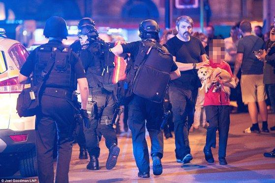 Imaginea articolului Mii de persoane au strâns peste 25.000 de lire sterline pentru omul străzii care a devenit erou în urma atacului din Manchester
