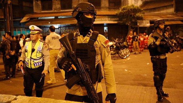 Imaginea articolului FOTO Trei poliţişti morţi şi zece persoane rănite în dublul atac sinucigaş din Jakarta