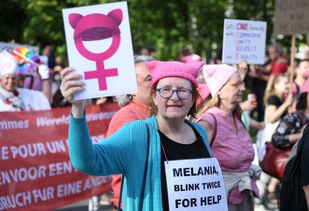 """Imaginea articolului Actori, muzicieni, antreprenori, în stradă, la Bruxelles. Proteste la sosirea lui Trump: """"Melania, clipeşte de două ori dacă ai nevoie de ajutor"""", """"Aş vrea să-l văd cum indică Belgia pe o hartă"""" - FOTO"""