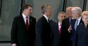 Donald  Trump o comite din nou! Gestul GROSOLAN făcut de preşedintele SUA la summitul NATO
