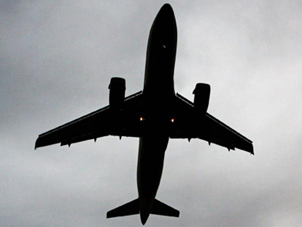 Un avion cu destinaţia Londra a aterizat de urgenţă în Germania, iar trei persoane au fost reţinute
