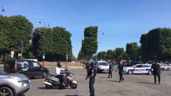 Imaginea articolului VIDEO | ALERTĂ de securitate în centrul Parisului. Un vehicul al Jandarmeriei, lovit intenţionat cu o maşină. UPDATE: Şoferul, înarmat, a murit
