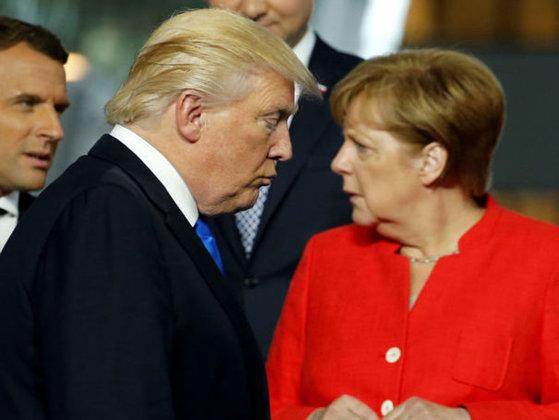 Imaginea articolului Discurs video al unui membru al Administraţiei Trump, oprit în Germania de faţă cu Angela Merkel
