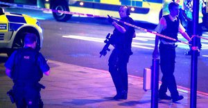 O femeie, luată ostatică de către un bărbat înarmat, în…