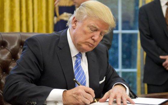 Imaginea articolului Donald Trump anunţă desfiinţarea consiliilor prezidenţiale pentru afaceri / Membrii acestora demisionaseră în semn de protest