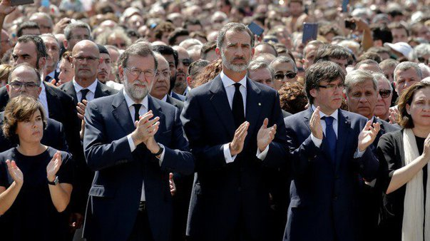 Imaginea articolului Minut de reculegere la Barcelona, în memoria victimelor atacului terorist. Regele Spaniei Felipe al VI-lea şi premierul, în faţa mulţimii adunate pe La Rambla/ UPDATE: Trei zile de doliu naţional în Spania