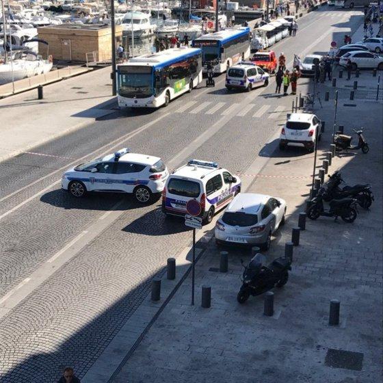 Imaginea articolului FOTO | MARSILIA, Franţa. Cel puţin un mort după ce un vehicul a lovit două staţii de autobuz în sudul Franţei