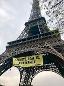 Imaginea articolului FOTO | Simbolul Parisului nu va mai fi la fel. Unul dintre primele 10 monumente ale lumii va primi un ZID de sticlă antiglonţ