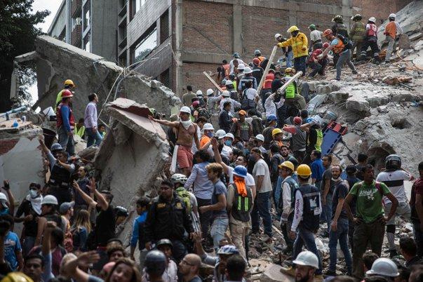 Imaginea articolului CUTREMUR ÎN MEXIC | O şcoală s-a prăbuşit peste elevi în timpul orelor, iar cel puţin 21 de copii au murit. Eforturi pentru salvarea supravieţuitorilor care dau mesaje de sub ruine | VIDEO
