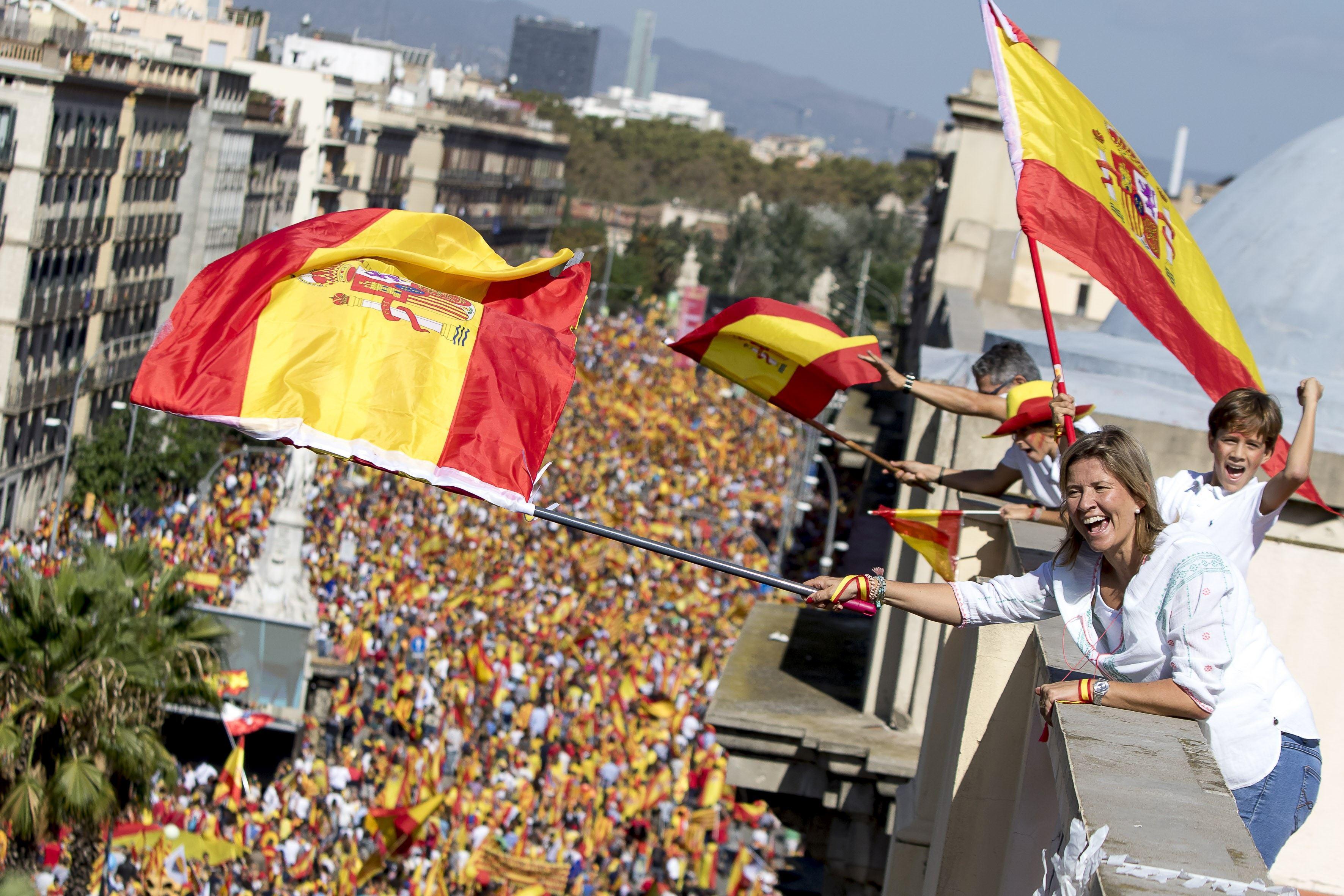 Sute de mii de persoane protestează în Barcelona faţă de arestarea a doi lideri separatişti catalani