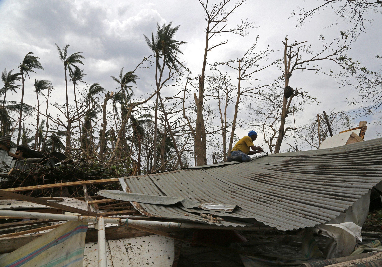 Două persoane au murit, iar mii de oameni au fost evacuaţi, din cauza unui taifun, în Japonia