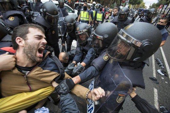 """Imaginea articolului Ministru spaniol: Filmările apărute în online cu violenţa poliţiei din ziua referendumului sunt """"fake news"""""""