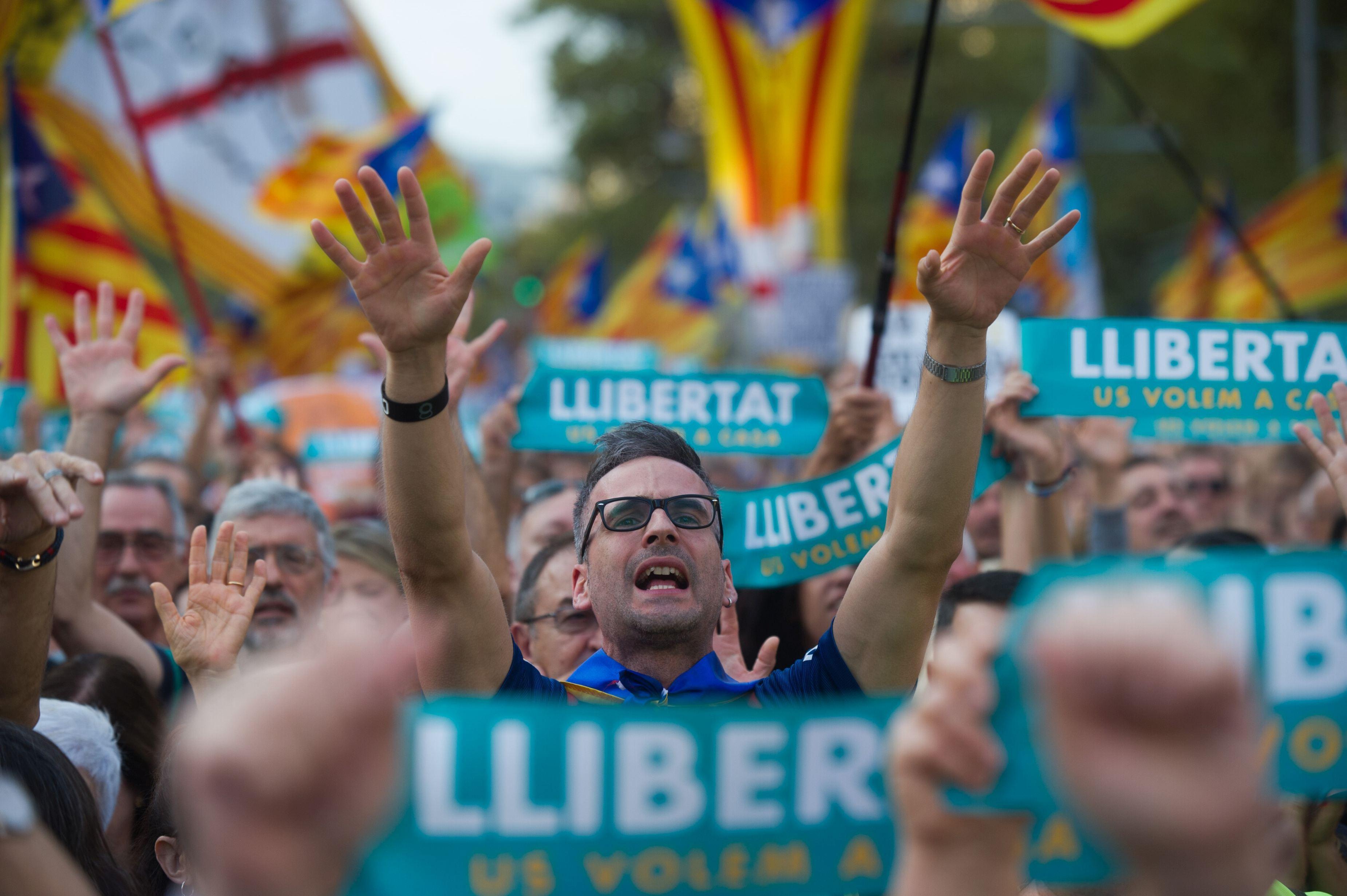 Mii de studenţi protestează în Catalonia împotriva deciziilor guvernului central de la Madrid - IMAGINI VIDEO